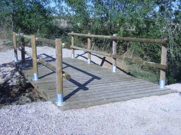 Puente de madera con postes redondos
