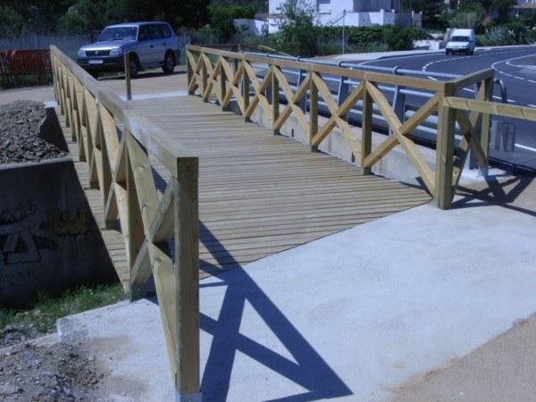 Puente de madera con valla cruz de St. Andres